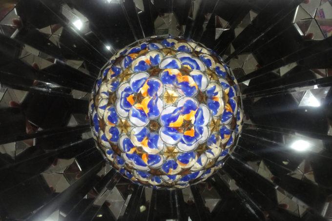 宇宙空間に浮かぶ惑星のような万華鏡